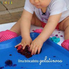 """Brincadeira divertida de se fazer com bebê?  A ideia é esconder alguns brinquedos pequenos na gelatina e depois colocar a """"gelatina divertida"""" acessível para o bebê explorar.  O trabalho que você tem é basicamente fazer a gelatinaLeia mais"""