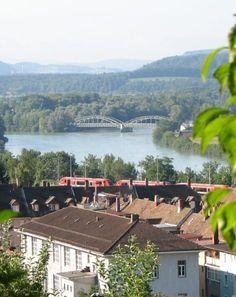Das HBBZ Hochrhein- Bildungs- und Beratungszentrum in Waldshut mit dem Zusammenfluss von Rhein und Aare im Hintergrund