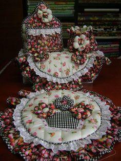 SET DE BAÑO CESTA DE FLORES: TAPA DE POCETA, TAPA DE TANQUE, BOLSITO Y PORTARROLLO. Elaborado con Aplicaciones Bordadas y flores en telas 100% algodón Americano. Diseño AMARILIS CISNEROS DE HERRERA - VENEZUELA +58-4143419580.