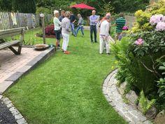 Der var mange besøgende hos Birgit og Bo i deres åbne have. Til højre i billedet ses en regnvandsrende, der følger bedets kant og danner en fin grænse mellem bed og græsplæne. /Sanne Mikkelsen 29-06-2016