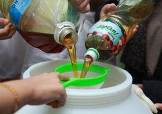Tu ce faceai cu uleiul ars pana acum? Il aruncai? O mare greseala pentru ca il putem recicla si transforma in sapun lichid pentru vase, facand economie astfel la detergentul de vase. Diy Case, Cleaners Homemade, Cool Websites, Kids And Parenting, Clean House, Inventions, Diy And Crafts, Marker, Projects To Try