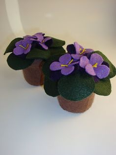 We found these sweet African Violet pincushions that verybigjen makes. She makes all different varieties of African Violets. Little Flowers, Felt Flowers, Diy Flowers, Fabric Flowers, Paper Flowers, Felt Diy, Felt Crafts, Felt Pincushions, Felt Flower Tutorial