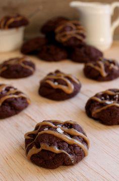 Wicked sweet kitchen: Pehmeät suklaa & maapähkinävoikeksit sormisuolalla - Chocolate & peanut butter cookies with sea salt
