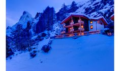 Chalet Gemini has been tastefully decorated under our supervision, delicately combining an alpine, cosy and contemporary finish, with liberal use of wood and stone.
