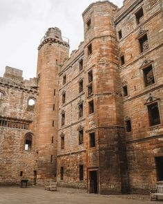 Looking for all the Linlithgow Palace Outlander locations and scenes in Scotland? Let me take you on a tour of Wenworth Prison Edinburgh City, Glasgow, Carlisle Castle, Native American History, American Indians, American Art, Outlander Locations, Wentworth Prison, Scotland Tours