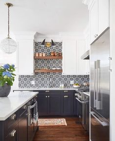 There is no question that designing a new kitchen layout for a large kitchen is much easier than for a small kitchen. A large kitchen provides a designer with adequate space to incorporate many convenient kitchen accessories such as wall ovens, raised. Kitchen Remodel, Kitchen Decor, Modern Kitchen, New Kitchen, Home Kitchens, Kitchen Layout, Kitchen Tiles Backsplash, Kitchen Renovation, Kitchen Design