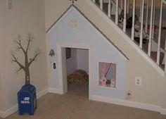 LEKEROM: Utnytt plassen under trappen og gi barna et hyggelig lekehus.