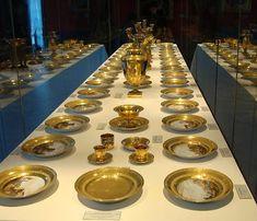 """""""Service à tableaux"""" de Joséphine et d'Eugène de Beauharnais. Vue d'une cinquantaine de pièces présentées au château de Malmaison. (Les deux services constituaient un ensemble de 312 pièces ; une centaine de pièces sont conservées au musée de l'Ermitage)."""
