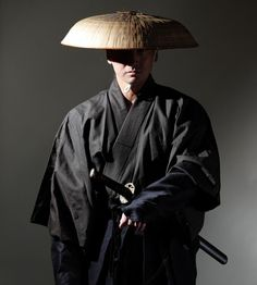 This is Japanese traditional Sando hat with head rest. Material : Palm and bamboo stick. Ronin Samurai, Samurai Weapons, Samurai Warrior, Samurai Poses, Japanese Culture, Japanese Art, Katana, Ninja Japan, Armor Clothing