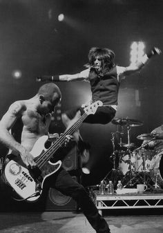Red Hot Chili Peppers in action! John Frusciante, Anthony Kiedis, Music Love, Good Music, Rock Roll, Chad Smith, Alternative Rock, Hottest Chili Pepper, We Will Rock You