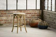 El taburete Pampelune con acabado natural es un taburete vintage que está hecho de madera con un estilo vintage.