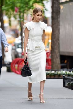 Gigi Hadid shows off model figure in tight white top and pencil skirt - - Celebrity Casual Outfits, Classy Outfits, Celebrity Style, White Dress Accessories, All White Outfit, Haute Couture Dresses, Elegant Outfit, Short, Mantel