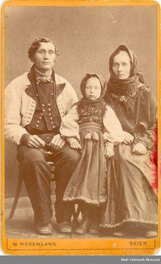 Halvor Jonsson på Lindheim, kona Gunhild Anundsdtr. og dottera Tone, gråkufte og beltestakk - Midt-Telemark Museum / DigitaltMuseum | Beltestakk