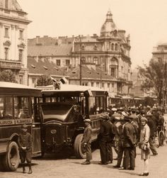 Autobusy marki Somua stojące na Placu Teatralnym. fot. 1928r., źr. omnibus.eu