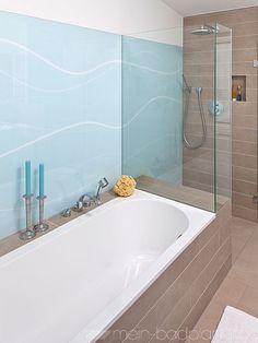 Badewanne mit Duschkabine