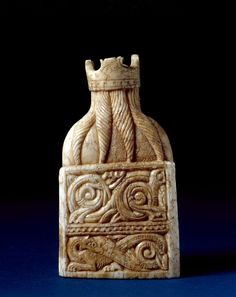 Back view of the King chess piece from the Isle of Lewis chessmen. Found in the century, carved in the Walrus ivory, 10 cm high in. Medieval Games, Medieval Life, Medieval Art, King Chess Piece, Chess Pieces, Game Pieces, Museum Of Curiosity, Dragons, Set Card Game