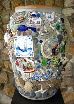 The Daily Telecraft: Eye Candy: Memory Jugs Mosaic Crafts, Mosaic Projects, Craft Projects, Projects To Try, Mosaic Vase, Mosaic Flower Pots, Pebble Mosaic, Mosaic Madness, World Crafts