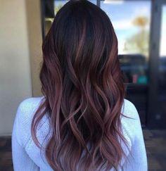 """Tra le tendenze colori capelli del 2018 si distingue il dark mauve, """"cugino"""" del castano malva o chocolate mauve - tanto in voga lo..."""