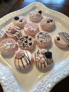 Paletas Chocolate, Chocolate Bomb, Chocolate Covered Strawberries, Rice Krispies, Krispie Treats, Mini Cakes, Cupcake Cakes, Cupcakes, White Chocolate Covered Pretzels