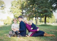 lovely relaxed family pose... I want to use this pose with my friend, hubby and their 2 boys!