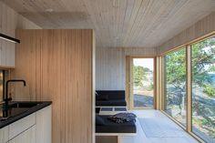 Sauna ja saunatupa Helsingin saaristossa Modern Log Cabins, Outdoor Sauna, Beach House, Living Room, Architecture, Building, Furniture, Home Decor, Houses