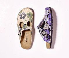 Die Pantoletten von Deerberg mit dem schlichten Blumenmuster sind im Sommer draußen unersetzlich oder als Haussschuh drin - ganz wie Sie wollen.