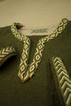 Valgred nordic garb is gorgeous! I am sure had they existed 1000 years ago, they would have supplied their garments to hesirs, jarls and kings!!! Green wool tunic 114€