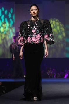 A modern twist of the Pinay ( filipino lady) formal traditional dress. There are so many possibilities. Modern Filipiniana Gown, Filipiniana Wedding, Ethnic Fashion, Asian Fashion, Fashion Art, Womens Fashion, Maria Clara Dress Philippines, Filipino Fashion, Philippines Fashion