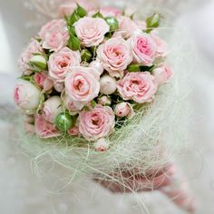 A round bouquet of sweet pink roses, with green pearls. The bouquet is collared with white sisal. Pink Rose Bouquet, Rose Fuchsia, Hand Bouquet, Flower Bouquet Wedding, Floral Wedding, Bridal Bouquets, Blush Roses, Pale Pink, Pink Christmas
