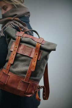 detalles de keepers, studs y correas de cierre cloth and leather rollup rucksack