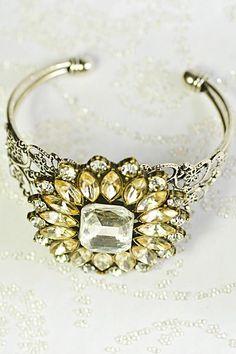 Um acessório que combina com as mulheres mais extravagantes.  Os braceletes tem seu espaço garantido para dar originalidade ao visual da noiva. www.facebook.com/blacktienoivas