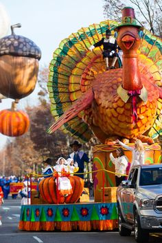 7 Mind-Blowing Facts About the Macy's Thanksgiving Day Parade Macys Thanksgiving Parade, Happy Thanksgiving Day, Thanksgiving Parties, Thanksgiving Turkey, Thanksgiving Decorations, Thanksgiving Pictures, Vintage Thanksgiving, Mind Blowing Facts, Family Traditions