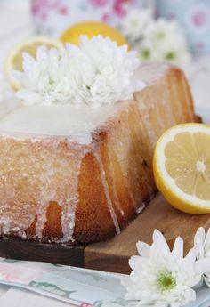 Mejor receta de bizcocho de limón y queso. Un bizcocho denso, jugosos y con un intenso sabor a limón.