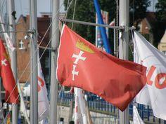 Flaga Gdańska nawiązuje do symboliki herbu miasta. Czerwone tło wiąże się z nadaniem przez króla Kazimierza Jagiellończyka przywileju używania czerwonego wosku przez władze Gdańska. Wtedy też do herbu dodano koronę królewską. Białe krzyże to symbol Hanzy i chrześcijaństwa. // #gdansk #flag