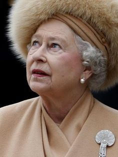 Queen Elizabeth II, wearing her mother's scallop shell brooch, looks up at the statue of the Queen Mother at the unveiling ceremony Die Queen, Hm The Queen, Royal Queen, Her Majesty The Queen, Fascinator, Queen Hat, Estilo Real, Isabel Ii, Prince Phillip