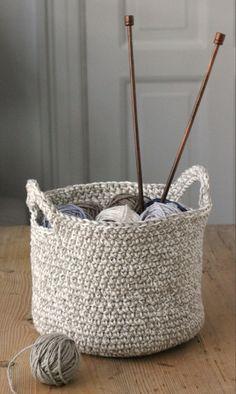 Den her hæklede kurv har 2 hanke, Crochet Basket Pattern, Knit Basket, Crochet Home, Diy Crochet, Yarn Projects, Crochet Projects, Knitting Patterns, Crochet Patterns, Crochet Storage
