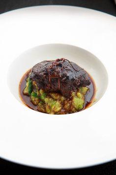 Leckere, geschmorte Kalbsbäckchen, dazu eine gute Rotweinsauce und ein herzhafter Rosenkohl-Kartoffel-Stampf mit Feldsalat.