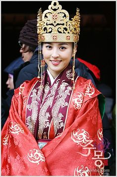 """Jumong (Hangul: 삼한지-주몽 편; hanja: 三韓志-朱蒙篇주몽; RR: Samhanji-Jumong Pyeon; lit. """"The Book of the Three Hans: The Chapter of Jumong"""") is a South Korean historical period drama series that aired on MBC from 2006 to 2007. The series examines the life of Jumong, founder of the kingdom of Goguryeo. Few details have been found in the historical record about Jumong, so much of the series is fictionalized. Korean Traditional, Traditional Dresses, Drama Korea, Korean Drama, Han Hye Jin, Korea Dress, Korean Hanbok, Oriental Fashion, Historical Clothing"""