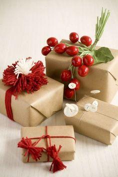 Yılbaşı için hediyeler alınmaya başlandı. Ama biz dekorasyon tutkunları için yılbaşı hediyesi kadar onun nasıl paketlendiği de önemli. (= O yüzden yılbaşı hediye paketi süslemelerinin nasıl yapılması gerektiğinin üzerinde durmak istedim biraz. Belki siz de hediyeniz için kendi yılbaşı paketinizi yapmak istersiniz diye düşündüm. İşte birbirinden güzel yılbaşı hediye paketi yapımı fikirleri: Yılbaşı çiçeği olarak