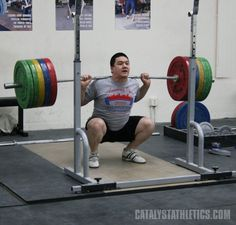 Proper stance and knee position, the knees-out cue and valgus knee movement in the squat in Olympic weightlifting Powerlifting Quotes, Powerlifting Motivation, Bodybuilder, Body Muscle Anatomy, Squat Form, Deep Squat, Air Squats, Fitness Gym, Olympic Weightlifting
