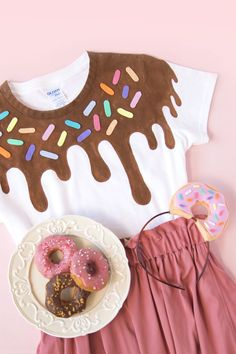 DIY Ease Donuts T Shirts & Hairband / Easy donuts to make without sewing-. - DIY Ease Donuts T Shirts & Hairband / Donut Shirt-Ideas of Donut Shirt - Donut Party, Donut Birthday Parties, Costume Bonbon, Donut Costume, Donut Shirt, Chien Halloween, Halloween Diy, Rainbow Diy, Hairband