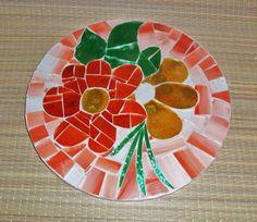Mandala em mdf, com mosaico em vidro, medindo 20x20cm.