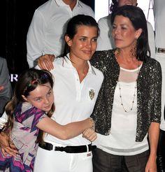 księżna Hanoweru i księżniczka Monako Caroline z córkami: Charlotte Casiraghi [w środku] i księżniczką hanowerską Alexandrą - 2010r.