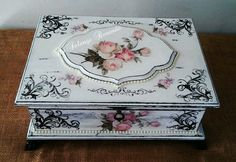 Altered Cigar Boxes, Craft Projects, Projects To Try, Diy And Crafts, Paper Crafts, Decoupage Box, Antique Boxes, Pretty Box, Jewellery Boxes