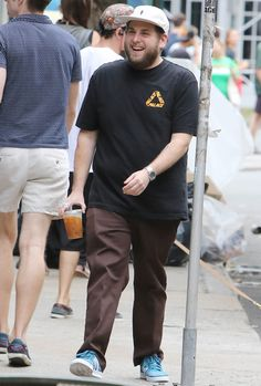 Jonah Hill is one of my go to inspirations for men's fashion, he really knows how to put an out fit together. The mix of the pink hat and blue sneakers with the brown pants just looks very appealing Jonah Hill, Big Men Fashion, Icon Fashion, Clothes For Men Over 50, Side Stripe Trousers, Red Chinos, Chubby Men, Best Dressed Man, Expensive Clothes