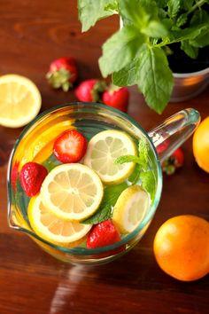 Água Aromatizada (Com Laranja, Limão, Hortelã e Morangos) - http://gostinhos.com/agua-aromatizada-com-laranja-limao-hortela-e-morangos/