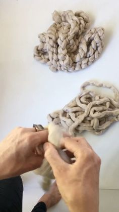 Terrific Screen hand knitting videos Ideas Hand crocheting a chain prepping the raw wool for the felting process Knot Blanket, Hand Knit Blanket, Crochet Blanket Patterns, Knitted Blankets, Chunky Blanket, Diy Blankets No Sew, Thick Yarn Blanket, Large Knit Blanket, Homemade Blankets