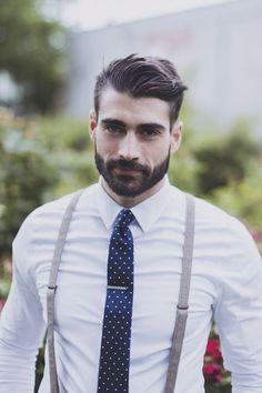Un homme barbu et élégant à la coupe de cheveux hipster