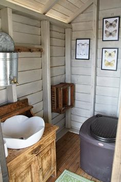 Valkoinen Puutalokoti Tiny House Cabin, Tiny Cabins, Cabin Homes, Log Homes, Outside Toilet, Outdoor Toilet, Mud Hut, Outdoor Bathrooms, Trailer Decor