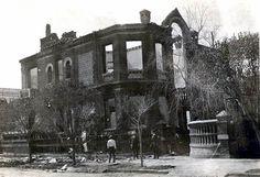 Los curiosos se acercan a observar los daños en la casa de Francisco I. Madero tras la Decena Trágica FOTO: Colección Villasana-Torres